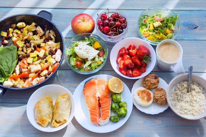 Bunte Auslese gesunder Nahrung auf Tellern angerichtet